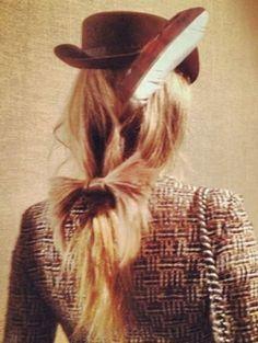 Chanels haarstylist Sam McKnight neemt ons mee backstage voor een kijkje achter de schermen bij de Chanel M...