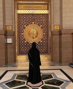 One of the doors of Masjid Al Nabawi Mosque. May Peace and Blessings be upon Prophet Mohammad (ﷺ), his family, his companions, and his… Mecca Islam, Mecca Kaaba, Islamic Images, Islamic Pictures, Muslim Pictures, Muslim Girls, Muslim Couples, Niqab, Girl Beach Pictures