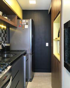 Cozinha moderna. RABISCO ARQUITETURA #cozinha #interiores #arquitetura #arte #art #kitchen #funcional #gesso #sofa #tv #texture #modern #moderno #metal #iluminaçãoexterna #rabisco #madeira #wood #clean #granito #piso #contemporanea #adesivado #parede #wall #iluminação #swan #jantar #cadeira #quadro #decoração #decore #bancada #integração #integrado #ambiente #escada #stair #fogão #forno #blackdoor