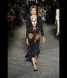 Défilé Dolce   Gabbana Alta Moda Haute Couture automne-hiver 2016-2017 42  Automne d638cff3211