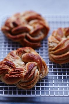 Twisted Cinnamon Brioche Rolls, dough adapted from Bouchon Bakery Best Dessert Recipes, Fun Desserts, Breakfast Recipes, Dessert Ideas, Brioche Rolls, Biscuits, Bistro Food, Dinner Rolls Recipe, Cupcakes
