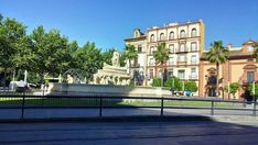 Esta plaza se llama Puerta de Jerez porque cuando estaba la muralla que rodeaba la ciudad aquí se hallaba dicha puerta de salida de la ciudad. Sevilla.