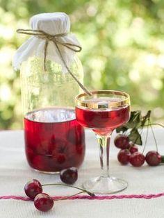 Kirsebærlikør Oppskriftkirsebærlikør (½ l likør) ½ l kirsebær 37 cl sprit 60 % 2–4 dl sukker Cocktailbær: 1 sats kirsebær (til overs fra likøren) 3 dl sukker 3 dl vann Kirsebærlikør : Bland alle ingrediensene i en stor lufttett glassboks med lokk. Sett boksen i et Alcoholic Drinks, Cocktails, Preserves, Smoothies, Glass, Recipes, Cherry Tree, Wine, Juice