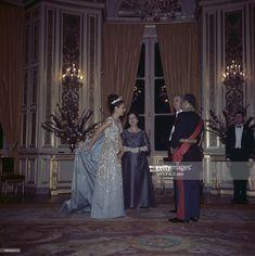Official Visit Of The Shah Of Iran And Farah Diba To France. En France, en octobre 1961, lors de leur visite officielle en France, le Shah Mohammad Reza PAHLAVI D'IRAN, à droite, en uniforme de gala, et son épouse l'impératrice d'Iran Farah DIBA, en robe bleue, portant un diadème, en compagnie du président Charles DE GAULLE, en uniforme de gala et de son épouse Yvonne DE GAULLE, en robe violette. Farah Diba, Emilie Jolie, Persian Princess, Pahlavi Dynasty, The Shah Of Iran, Fantasy Gowns, King Of Kings, Royal Jewels, Royal Weddings