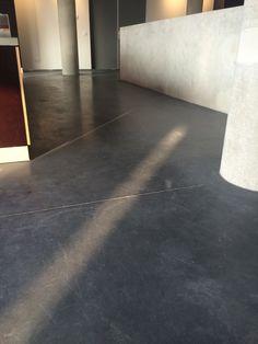 Gevlinderde betonvloer 3% zwart Heten Kolen Groningen. Dilatatie