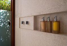 Residência RW (Búzios, 2008) / Bernardes + Jacobsen Arquitetura (Arquitetura) / Toninho Noronha Arquitetura (Interiores) #banheiro #bathroom #box #bath #shower #wall #niche #detail
