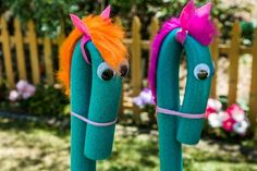 Steckenpferd basteln für spannende Kinderspiele – 4 Anleitungen - Татьянин День Открытки Wool Thread, Wool Yarn, Pool Noodle Horse, Diy For Kids, Gifts For Kids, Home And Family Hallmark, Stick Horses, Horse Party, Cowboy Party