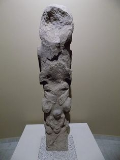 A sort of totem pole from Göbekli Tepe, with portions of humanoid figures. Aboriginal Symbols, Natural Architecture, Mesoamerican, Historical Monuments, Feminist Art, Stonehenge, Archaeological Site, Bronze Age, Ancient Civilizations