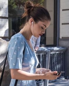 Find images and videos about selena gomez, singer and song on We Heart It - the app to get lost in what you love. Selena Gomez Hair, Selena Gomez Fotos, Selena Gomez Style, Selena Gomez Wallpaper, Marie Gomez, Celebrity Look, Celeb Style, Hollywood Celebrities, Balayage Hair