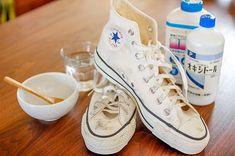 白いキャンバススニーカーは誰もが一度は手にする定番アイテム。どうしても避けられない汚れを解決するクリーニング方法をご紹介。 Cleaners Homemade, Clean Up, Clean House, Housekeeping, Cleaning Hacks, Diy And Crafts, Converse, Sneakers, Shoes
