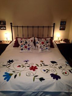 Mexican patterns - Otomi fabric and textiles for home decoration by Mexico Culture. Cushion Embroidery, Embroidery Flowers Pattern, Crewel Embroidery, Hand Embroidery Designs, Bed Cover Design, Designer Bed Sheets, Floral Bedspread, Mexican Embroidery, Applique Quilts