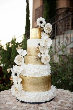 Country Wedding Cakes Southern California Bride: Luxe Wine Country Estate Wedding Inspiration from Michelle Garibay Events - Luxe Wine Country Estate Wedding Inspiration from Michelle Garibay Events Luxe Wedding, Dream Wedding, Wedding Gold, White And Gold Wedding Cake, White Gold, Honey Cake, Wedding Cake Inspiration, Wedding Ideas, Wedding Shoot