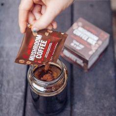 Four Sigmatic Mushroom Coffee Mix es una mezcla ideal combinando café, cordyceps y chaga con tremendos beneficios para la salud. Y lo creas o no, ¡sabe muy bien! Esto se debe a que su 100 % de café arábica se combina con los hongos Cordyceps, que estimulan el sistema nervioso y las glándulas suprarrenales, y usan solo la mitad de la cafeína que normalmente se encuentra en el café.  15,00€ Coffee Jitters, Paleo Vegan Diet, Coffee Mix, Coffee Cups, Coffee Benefits, Bulletproof Coffee, Food Trends, Clean Eating Snacks, Superfoods