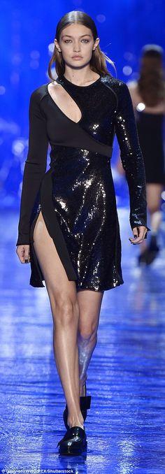 Gigi Hadid walks the runway during the Mugler show as part of the Paris Fashion Week Womenswear Spring/Summer 2017 on October 2016 in Paris, France. Gigi Hadid Walk, Gigi Hadid 2014, Runway Fashion, Fashion Models, Paris Fashion, Gigi Hadid Pictures, Female Models, Women Wear, Gowns