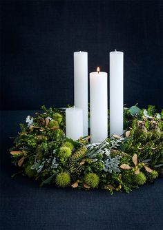Tips til flotte, naturlige juledekorationer Go green! Gr… Tips til flotte, naturlige juledekorationer Go green! Green is such a classic when it comes to Christmas wreaths – and why fix it if it ain't broken? Christmas Advent Wreath, Christmas Mood, Simple Christmas, Advent Wreaths, Christmas Swags, Burlap Christmas, Natural Christmas, Primitive Christmas, Country Christmas