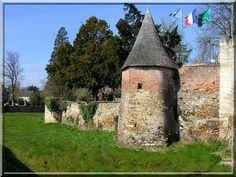 Du puissant château fort d'Eguzon dans l'Indre, il reste un joli rempart de forme circulaire avec ses tours rondes, précédé par les vestiges d'un fossé transformé en jardin herbeux. Ce sont surtout les ruines du châtelet d'entrée puis le mur défensif du castel qui sont l'attraction médiévale de ce bâtiment transformé en mairie.