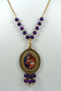 #Collar con piedras y medalla de la Virgen. #Necklace with medal of the Virgin.