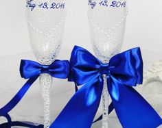 Personalized Wedding champagne glasses in White&Royal Blue-Hand painted Wedding Favor-Pearls champagne flutes-Wedding flutes with bows-Gift