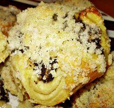 Buchtičky z kysnutého prekladaného maslového cesta, naplnené skvelou plnkou z maku, jabĺčka, hrozienok a slivkového lekváru. Husto zasypané posýpkou. Jednoduché a šťavnaté :)