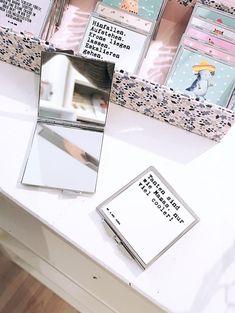 Dieser Spiegel von Mr. und Mrs. Panda im Handtaschenformat passt mit seinen Maßen von 60 x 60 mm in jede Frauentasche. Get Up, Mirror, Handbags, Products