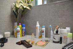Ich könnte nicht leben ohne: - Yves Saint Laurent Bronzer - Bobbi Brown Lidschatten - Hyaluron Serum aus der Apotheke - Und natürlich meinem    Trockenshampoo Bobbi Brown Lidschatten, Yves Saint Laurent, Shops, Serum, Bathroom, Best Dry Shampoo, Apothecary, Life, Washroom