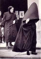 """The Azores Hood or, in Portuguese, """"Capote e Capelo"""" is the traditional clothing worn by women in the Azores until the Such strangers of the century. Vintage Photos Women, Photo Vintage, Photos Of Women, Hooded Cloak, Hooded Capes, Women Figure, World Best Photos, Bored Panda, Traditional Dresses"""