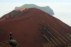 Man in front of the volcano Eldfell to Westmann Islands (Iceland) | Homme devant le volcan Eldfell aux îles Vestmann (Islande) | El hombre ante el volcán Eldfell de las Islas Westmann (Islandia)
