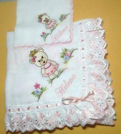Bordados feito na máquina, acabamento em toda a manta fralda com bordado inglês e passa fita. FRALDA UTILIZADA: CREMER LUXO tecido duplo. O bordado é feito em apenas um lado da Manta e em um lado no lencinho. Baby Crafts, Diy And Crafts, Presents For Girls, Baby Sewing, Burp Cloths, Baby Bibs, Embroidery Applique, Beautiful Babies, Baby Quilts