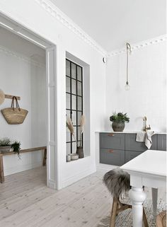 Design blanc et bois dans un appartement suédois - PLANETE DECO a homes world Dark Wood Furniture, Kitchen Style, House Design, Interior Design, House Interior, Home, Interior, Kitchen Design Color, Kitchen Interior