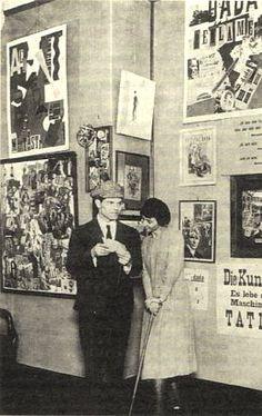 Hannah Höch und Raoul Hausmann auf der Dada-Messe in Berlin, 1920