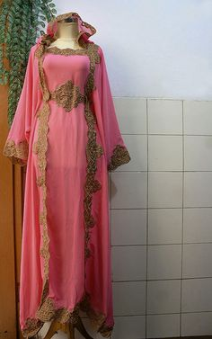 54 ideas for dress hijab chiffon gold embroidery Muslim Women Fashion, Arab Fashion, Islamic Fashion, Indian Fashion, Trendy Dresses, Cute Dresses, Beautiful Dresses, Floral Homecoming Dresses, Moroccan Caftan