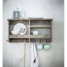 Wunderbar shabby mit Stauraum für dies und das! Das rustikale Bord mit abnehmbarer Stange für Küchenrollen und 3 Haken aus Metall verbreitet eine lockere Atmosphäre entspannter Gemütlichkeit und ist damit perfekt geeignet für die Küche, denn am Ende des Tages findet sich hier doch sowieso jeder ein!