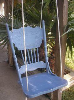 Verf je oude stoelen in een vrolijk kleurtje en hang ze op.