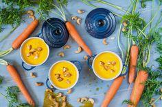 Anacardos crujientes con zanahorias y jengibre. Podría ser una guarnición, pero hoy es nuestra cremita de los martes. ¿Te pongo sitio en la mesa o vendrás tarde?  http://www.loleta.es/crema-de-zanahorias-y-jengibre-con-anacardos-crujientes/