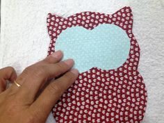 Aprenda como fazer um bate mão de coruja em tecido.