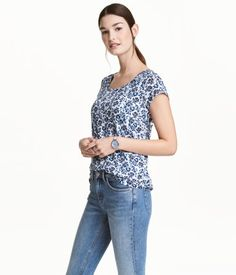 White/blue/floral. Short-sleeved, double-layer nursing top in jersey with openings in inner layer for easier nursing.