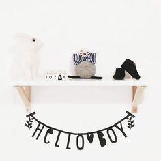 Une super idée pour un anniversaire, annoncer une bonne nouvelle, faire une déclaration d'amour ou mettre un message sur les murs de votre maison !    Cette bannière comporte138 symboles, chiffres, lettres etclips en métal pour créer vos messages personnalisés !    Teinte noire. D: 5x 10 cm.   15,50 € http://www.lafolleadresse.com/decoration-enfant/3872-banniere-de-138-lettres-symboles-et-chiffres-noire-a-little-lovely-company.html