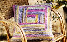 Ruutu ja siksak: neulo graafiset tyynyt monivärilangalla, ohje Kotiliesi.fi Fiber Art, Throw Pillows, Blanket, Crochet, Toss Pillows, Cushions, String Art, Decorative Pillows, Ganchillo