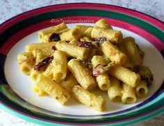Pasta al pesto di zucchine e basilico con pomodori secchi e mandorle | Un tavolo per quattro