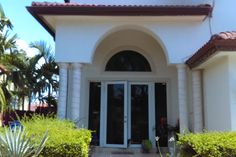 House in Miami, United States. Lugares de interés:  Attractions : This beautiful home is just three blocks from the famous 8 street, where tourists enjoy typical Latin foods , including tasty and excellent Cuban food , art galleries , shopping, restaurants and amenities. Just s...