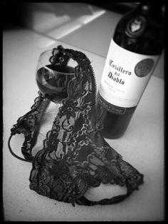 Pretty Little Things : Photo Boudoir Photography Poses, Boudoir Photos, Transférer Des Photos, Foto Glamour, Art Of Love, Woman Wine, Estilo Retro, Black And White Pictures, Fine Wine
