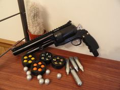 A Paintball Revolver. i would like to get one of these! Paintball Field, Paintball Gear, Airsoft Mask, Airsoft Gear, Paintball Birthday Party, Guns And Ammo, Weapons Guns, Home Defense, 3d Prints