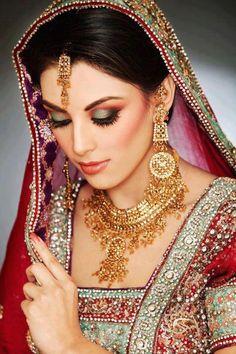For Mehndi.Love this jewelry and makeup Indian Beauty & Saris Indian Bridal Makeup, Indian Wedding Jewelry, Asian Bridal, Indian Jewelry, Bridal Jewelry, Gold Jewelry, Hair Jewelry, Bride Makeup, Wedding Makeup