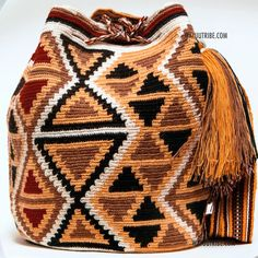Cabo Wayuu Mochila bags are intricate in their designs, can take approximately 15 days to weave. Handmade in South America by the indigenous Wayuu people. Crochet Handbags, Crochet Purses, Crochet Bags, Tapestry Bag, Tapestry Crochet, Purse Patterns, Crochet Patterns, Mochila Crochet, Crochet Shell Stitch