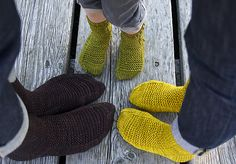 Rye Socks by Tin Can Knits : a free pattern from the Simple Collection Tackle your first pair of socks with Alexa and Emily! Rye is a quick-knitting sock pattern (in DK / Worsted weight yarn) sized from toddler to grown up! Knitting Patterns Free, Knit Patterns, Free Knitting, Free Pattern, Knitting Projects, Crochet Projects, Knitting Socks, Knit Socks, Cosy Socks