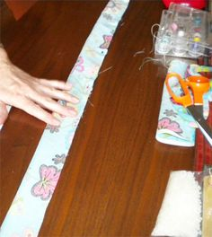 Neck Cooler Tutorial DIY neck cooler- step by step directionsDIY neck cooler- step by step directions Small Sewing Projects, Sewing Hacks, Sewing Tutorials, Sewing Patterns, Sewing Ideas, Fabric Crafts, Sewing Crafts, Diy Crafts, Neck Coolers