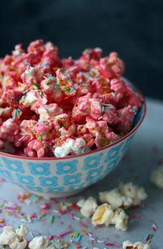 Vaaleanpunainen popcorn // Pink Popcorn & White Chocolate Food & Style Annamaria Niemelä, Lunni leipoo Photo Annamaria Niemelä www.maku.fi