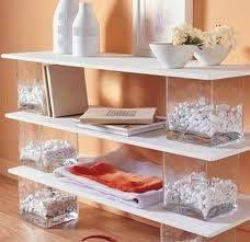 Mueblecito/Estantes: sólo usando tablas de madera y floreros de vidrio resistentes...