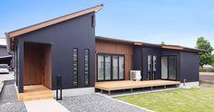 32.将来を見据えた、合理的なこだわりの平屋   トータルハウジング Minimalist House Design, Minimalist Home, Modern House Design, Modern Exterior, Exterior Design, House Cladding, Backyard Cottage, Metal Building Homes, Grey Houses