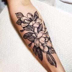 tattoo blumen, schwarz graue tätowierung am unterarm, tattoos für frauen